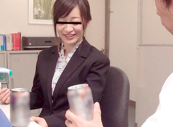 酒でも飲まなきゃやってらんねーwストレス溜まりまくりの学校教師がハジけて飲酒&泥酔からの校長室で人妻女教師とセックス♡