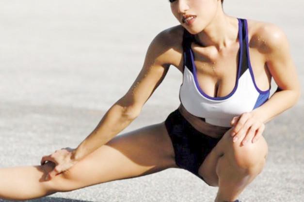 《アスリート》クビレボインがヤバ杉な爆乳ベテラン陸上選手♡太もも筋肉のスジと…括約筋の凄さがギロチンマンコ確定♡
