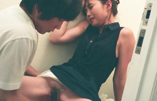 《NTR×ハメ撮り投稿》ちょっヤダヤダ♡放尿中のツレのカノジョに強制セクハラ痴漢でクンニと手マンww鬼畜♂のゲス行為