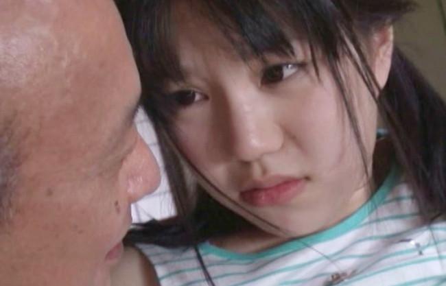 《近親相姦》おじいちゃんの白いおしっこ…くさいよぉwツインテールの幼い孫娘に老チンポを突き立てる絶倫&鬼畜ジジイ♡