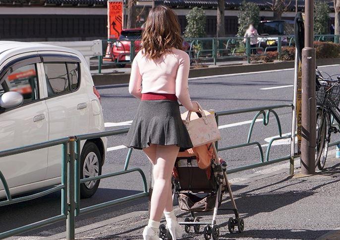 《人妻ナンパ》イケメンとヤリてぇ~♡淫乱オーラと痴女フェロモンがダダ漏れなベビーカーを押すミニスカ美脚な巨乳奥さん
