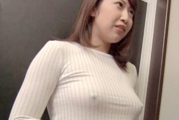 《人妻浮気》おほぉー乳首ポッチ卑猥すぎぃ♡ミニスカノーブラニットで巨乳おっぱいアピールの奥さんが隣に引っ越してキタ♡