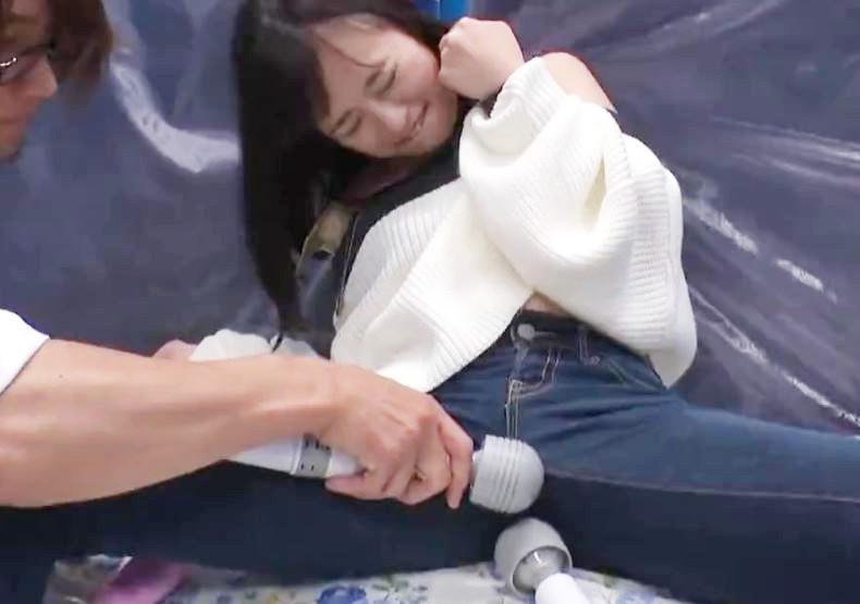 《素人ナンパ》イッちゃうぅーーんジョボジョボ♡カレを放置のJDお姉さんが電マで失禁イキ潮おもらし~ポルチオイキ♡