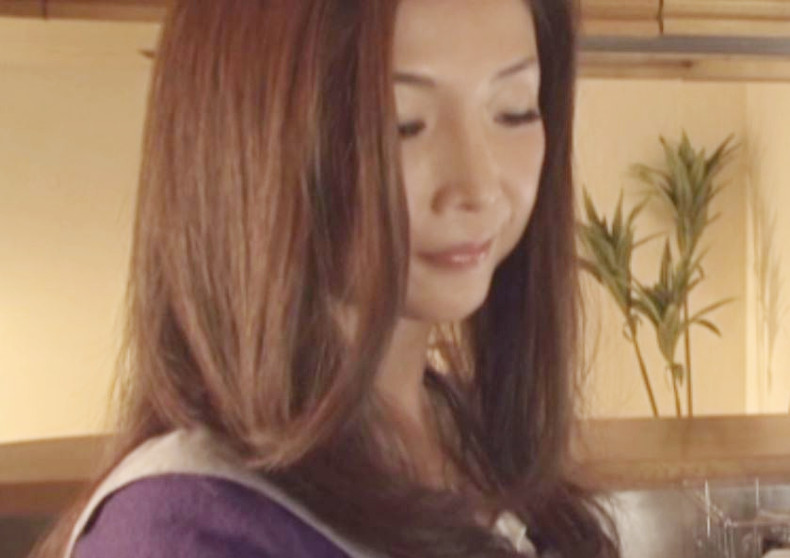 《人妻×アナル》継母がアナルでオナニー…♡美乳おっぱいの熟女のケツ穴に興奮&欲情で義息が悶々~狙われた母の菊門♡