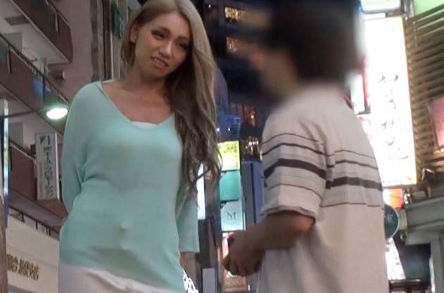 おじさん♡アタシとヤラない?♡パリピギャルがミニ系オヤジを逆ナンwwのっぽな日焼けお姉さんとチビ中年の凸凹セックス