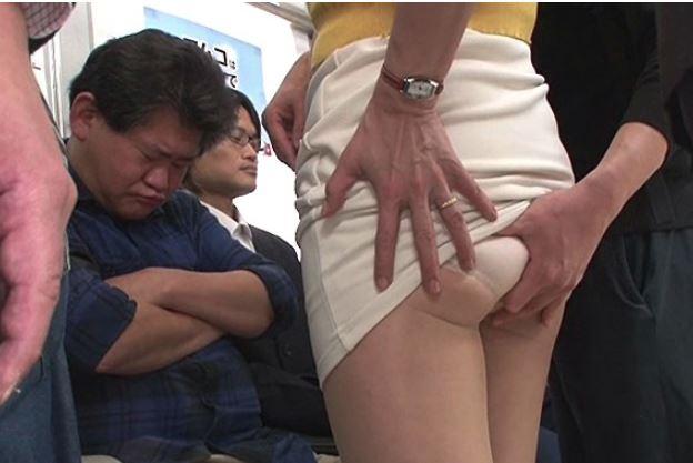 《人妻NTR》えっ?私を痴漢する…の…やぁあん♡夫の前で熟女が強制セクハラ猥褻行為も…指の動きに…メロメロ完堕ちの主婦